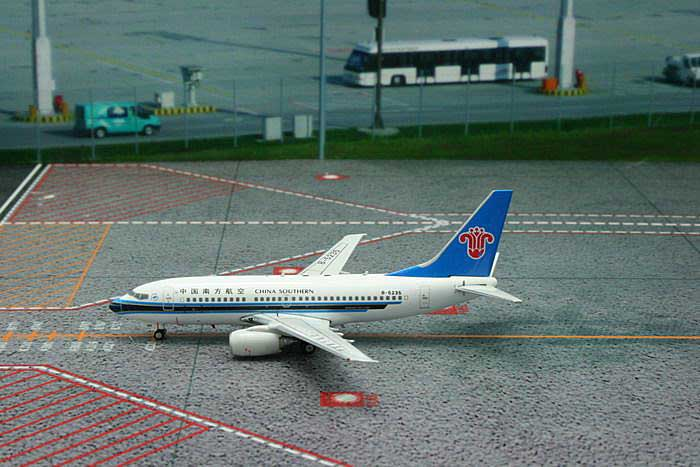 China Southern B737-700 B-5235 ((1:400)), Phoenix (1:400) Scale Diecast Aircraft, Item Number PH4CSN1323