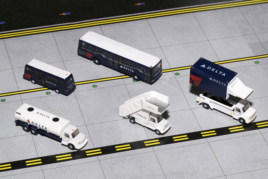 Delta Airlines Ground Service Equipment Trucks (1:200)